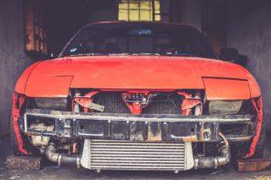épave de voiture dans garage